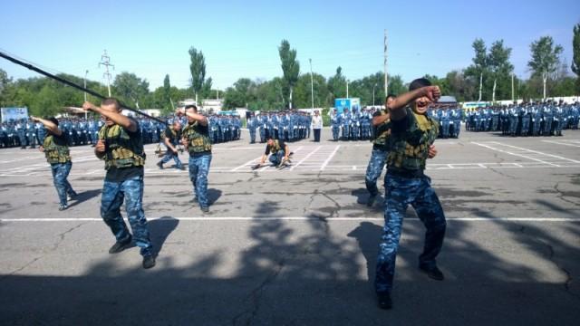 Слушатели учебного центра приехали со всего Казахстана. Месяц обучаются парни, отслужившие во внутренних войсках. Два месяца - будущие офицеры - курсанты с высшим образованием. Не отслуживших и не отучившихся в ВУЗах готовят 3 месяца