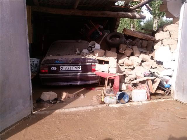 В гараже был автомобиль...