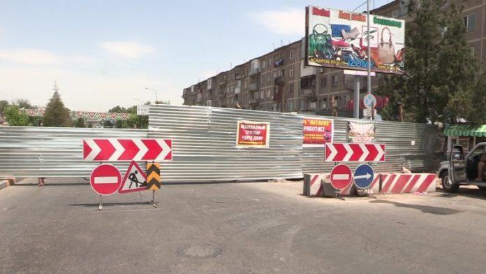 Строители загородили дорогу