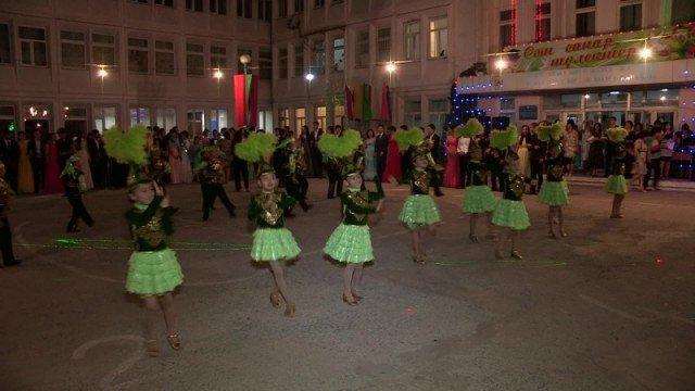 Танцы и песни - обязательный элемент программы всех выпускных