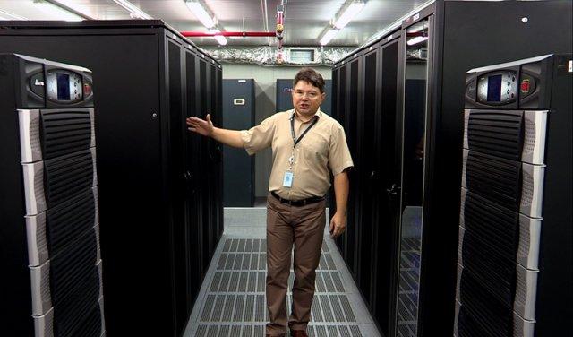 """Это гермозона, или как еще подругому называют эту комнату специалисты - """"мозг южного казахстана"""". Посторонним сюда вход запрещен. Ведь здесь размещено серверное оборудование и информационные ресурсы многих государственных органов области"""