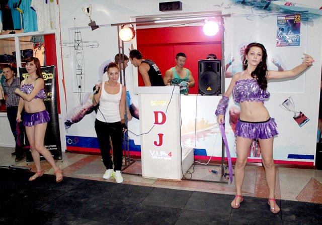 Выступление участников сопровождалось различными музыкальными композициями, поддержкой танцовщицами go-go и аплодисментами гостей