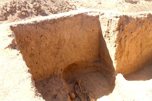 Отличительной особенностью захоронений является погребение на 5 метровой глубине