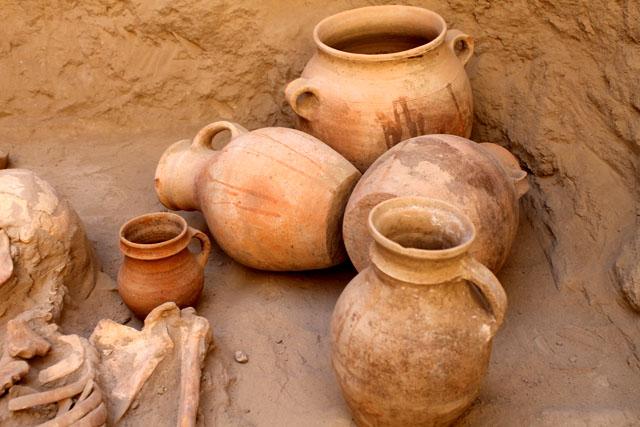 В одном из трех курганов было найдено  10 кувшинов и сосудов, археологи отмечают, что это большая редкость. До этого, в захоронениях находили максимум семь сосудов