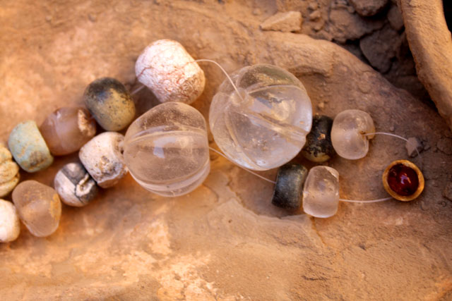 Бусы из горного хрусталя с рубиновой подвеской граненной золотом, археологи оценили в 100 тысяч евро