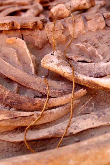 В том числе, более 80 пластин из чистого золота свернутых цилиндрической формой, ими был обшит наряд женщины