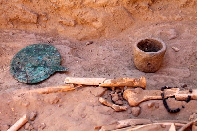 Об этом свидетельствуют найденные в могиле: зеркало, курильница, нож и множество украшений