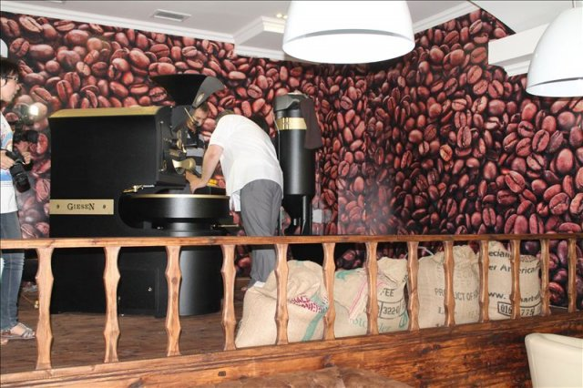 Кофежарка работает прямо в зале, каждый посетитель видит, как превращается в черное золото обычный зеленый орешек