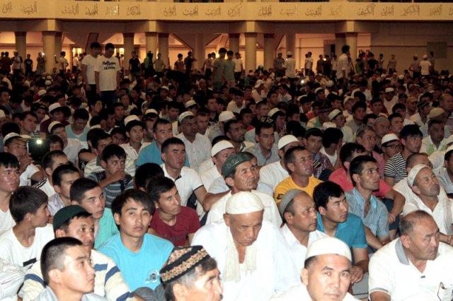 Тысячи мусульман слушали в большом зале областной мечети слушали проповеди имамов
