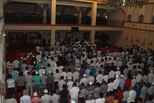 В то время, как блюстители закона следят за правопорядком возле мечети, прихожане начали свою мессу с чтением намаза