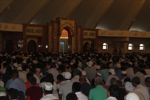 Семи тысячная толпа, пришедшая в областную мечеть повторяет движения главного имама