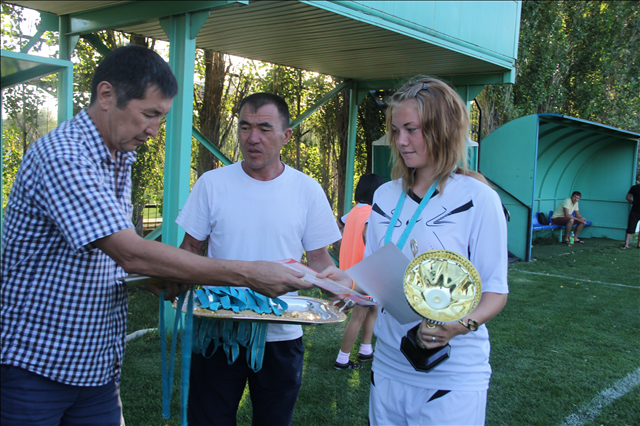 Главный трофей спартакиады школьников вручает директор спорт-школы