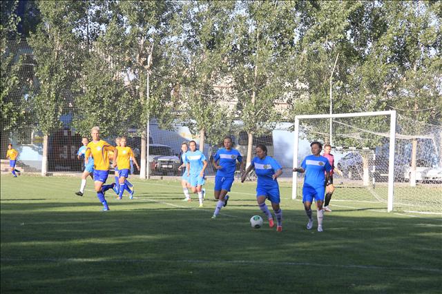 Шымкентская команда вырывает мяч