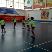 Команда из Сайрамского района пропускает первый мяч на своем поле