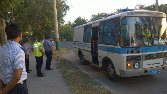 Три дня на полицейских автобусах с вечера и до поздней ночи по всем районам города ездили вместе с блюстителями порядка чиновники, которые занимаются вопросами молодежной политики