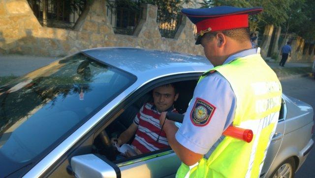 Молодые водители не только выслушивали нотации чиновников, но и, конечно, выполняли требования сотрудников полиции