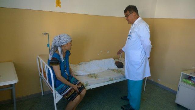 Маленького Магжана медики госпитализировали с тяжелыми травмами головного мозга и провели экстренную операцию после того как он попал под машину. Уже несколько недель ребенок - на больничной койке. Мать мальчика постоянно корит себя за то, что не уследила