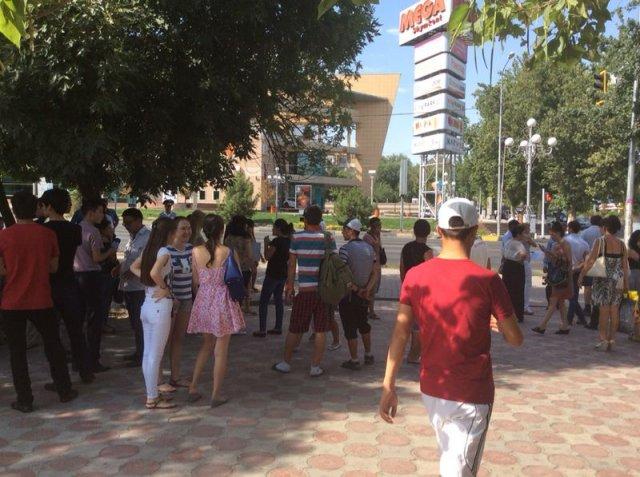 """""""МегаЦентр"""" оцепили силовики, перекрыты центральные улицы Шымкента"""