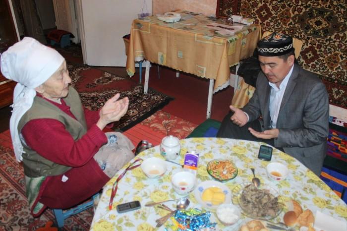 В домах накрывают щедрый дастархан и совершают молитвы