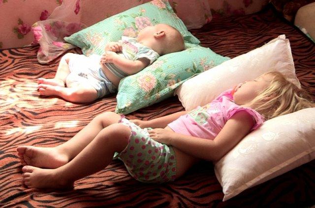 Маленькая комнатка в которой ютится Марина вместе с детьми обставлена без изысков