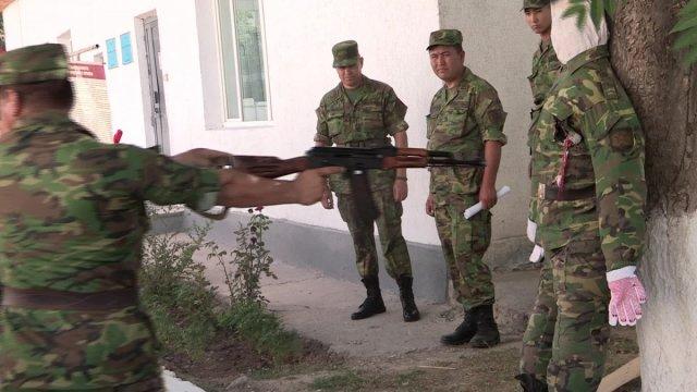 Манекену-ефрейтору Адольфу не повезло. На нем демонстрировали, что холостые боеприпасы - это не игрушка, ими даже убить можно.  Искусственные внутренние органы Адольфа холостой выстрел буквально распотрошил.