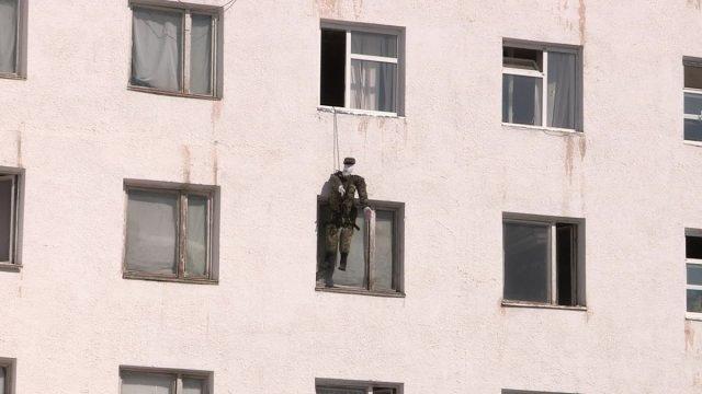Муляж солдата Германа выпал из окна, когда мыл стекла. Но трагедии удалось избежать, потому что Герман соблюдал технику безопасности и пользовался страховкой.