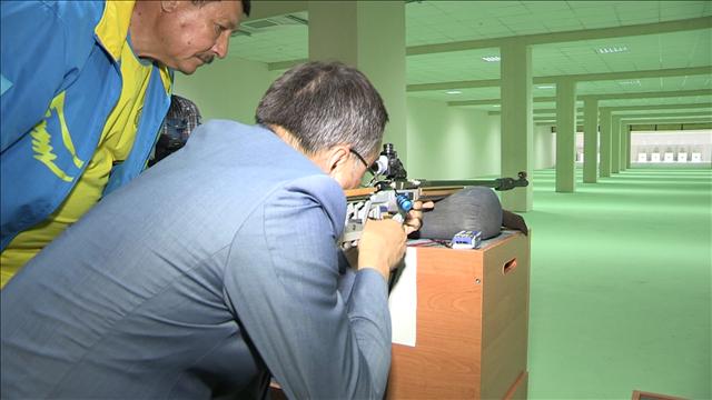 Глава ЮКО не удержался перед соблазном выстрелить из новой винтовки по новым швейцарским мишеням.