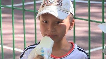 По доброй традиции новинку решили «обмыть», и если глава города подарил детям мячи, подрядчики отметили это важное мероприятие раздачей мороженного и сладких прохладительных напитков.