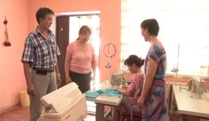 В швейной мастерской работает 4 человека