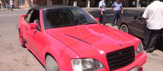 А вот этот автомобиль привлек полицейских не только своей яркой окраской и тюнингом, но и красующейся на всех стеклах тонировкой.
