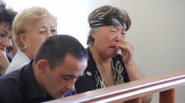 Бабушка убитой не может сдержать эмоций