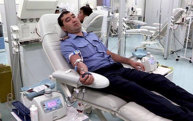 Полицейские ЮКО сдают кровь пострадавшим в ДТП детям