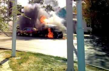 На шымкентском перекрестке загорелась машина