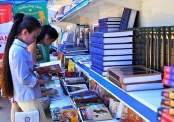 В первую очередь учебниками обеспечиваются дети из семей с трудным материальным положением, дети-сироты, дети из неполных и многодетных семей