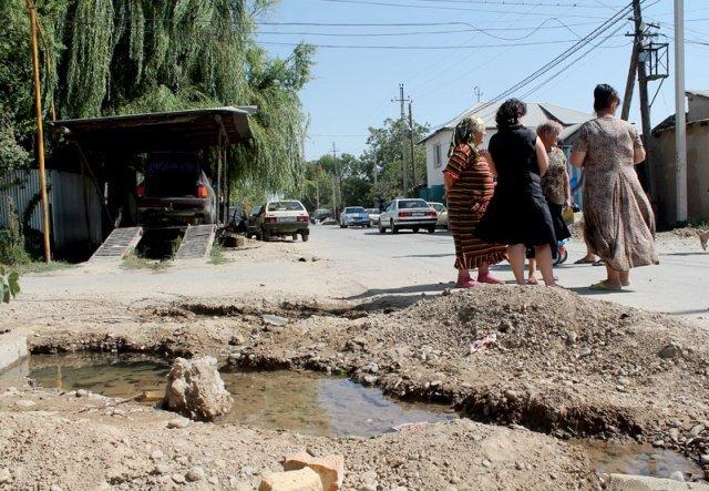 В прорыве водопровода на улице Тажибаева жители винят подрядчиков