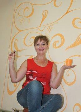 На спокойно окрашенную стену я добавила немного оранжевой краски в виде орнамента