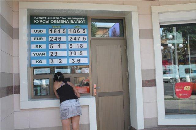 Около обменных пунктов только продавцы - ни банки, ни обменники доллары не продают