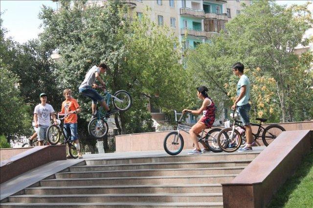 юных байкеров в Шымкенте становится все больше, только вот места для тренировок приходится выбирать из того, что есть...