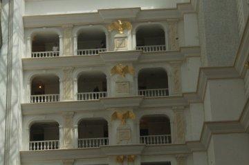 Королевские и президентские этажи украшают золотые орлы