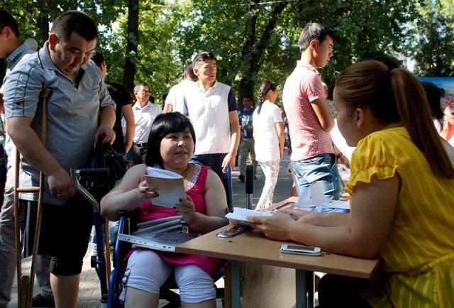 На ярмарку вакансий Бахытгуль Жумабаева пришла с супругом