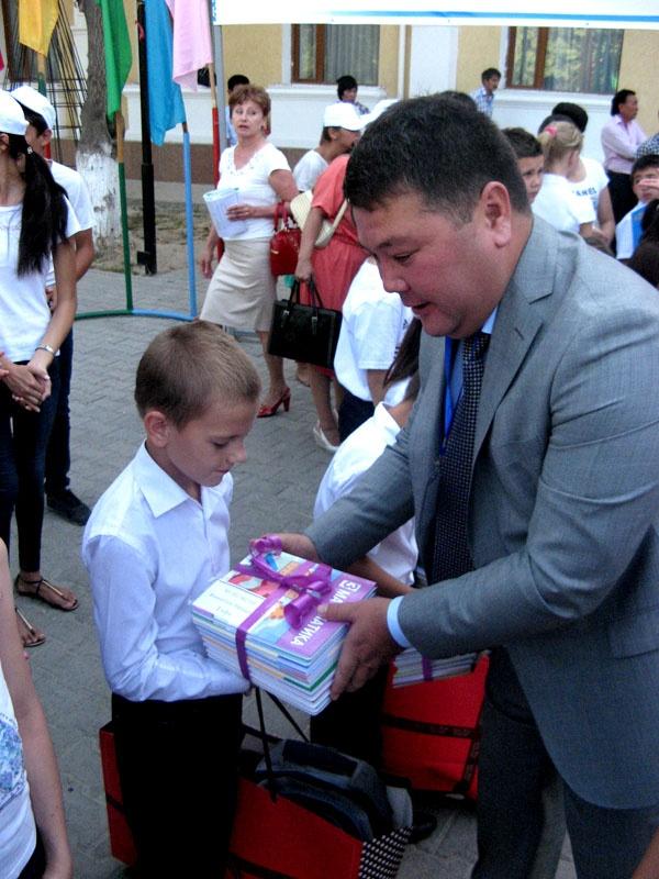 Заместитель акима города лично поздравил детей с началом учебного года и вручил подарки