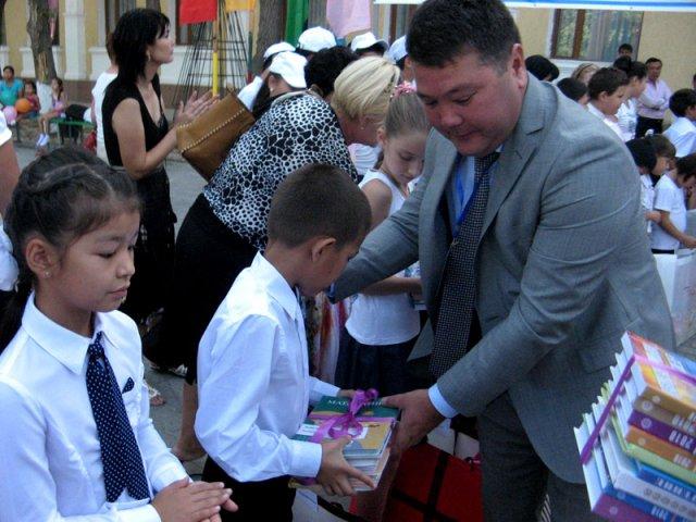 Чтобы оказать благотворительную помощь ребятам, приехали заместитель акима города, педагоги и представители различных частных и государственных компаний