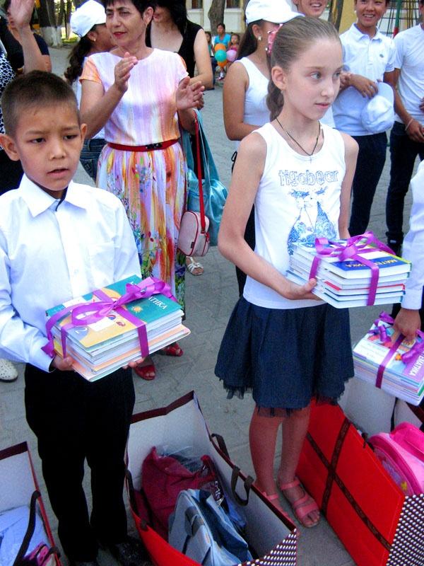 """Полина Саратова, ученица 4 класса: """"Спасибо большое за подарки. Весь набор очень кстати. Обещаю учиться хорошо"""""""