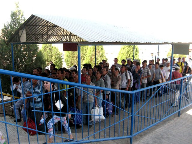 Ежедневно через узбекистанско-казахстанскую границу проходить до 6 тысяч человек