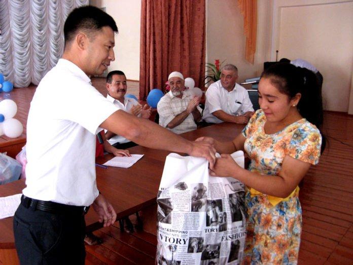 Сотрудники городского отдела спорта вручили подарки к 1 сентября 65 детям
