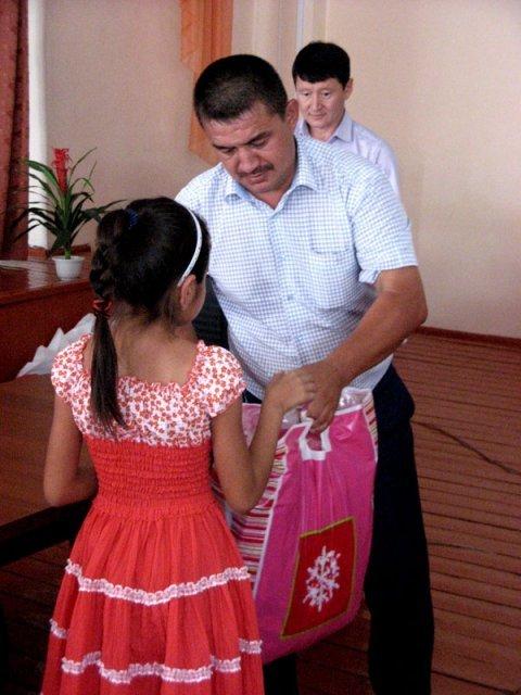 Такие презенты перед учебным годом очень важны для детей из многодетных и малоимущих семей