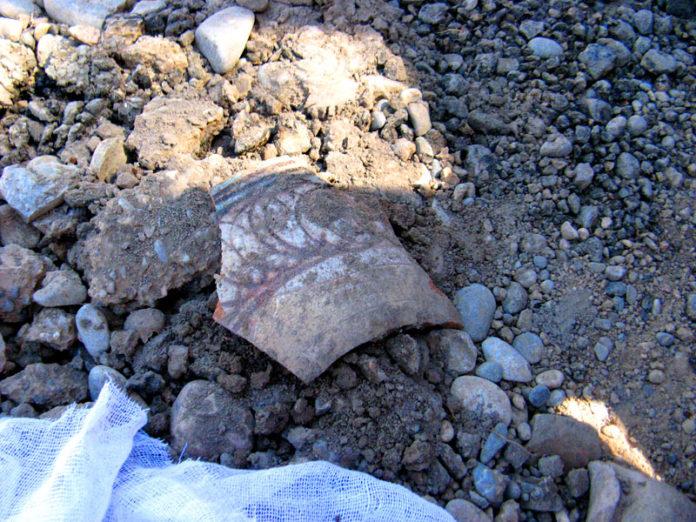 Глазуированные сосуды, расписные кувшины и посуду с орнаментом разных веков обнаружили археологи в самом центре Сайрама