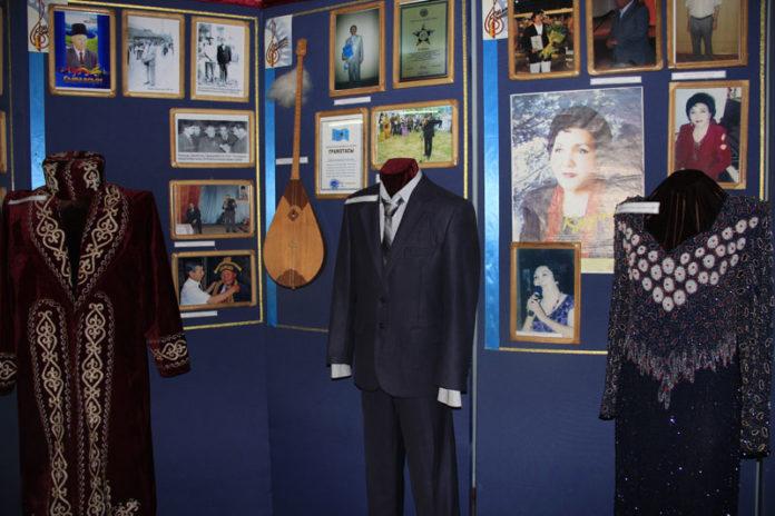 Экспозиция выставки начинается с раздела о жизненном пути и творческой деятельности Ш.Калдаякова