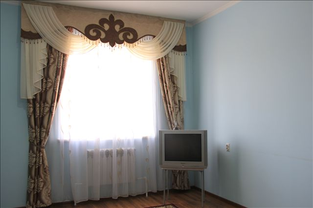 В каждой комнате отдыха стоит телевизор