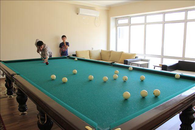 В свободное время студенты играют в бильярд